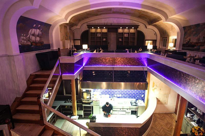Steakhouse Garpunkt Obergeschoss mit Blick auf die Showküche