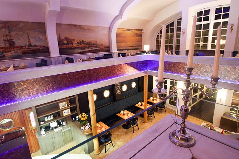 Steakhouse Garpunkt Blick auf die untere Etage und Bogenfesnster