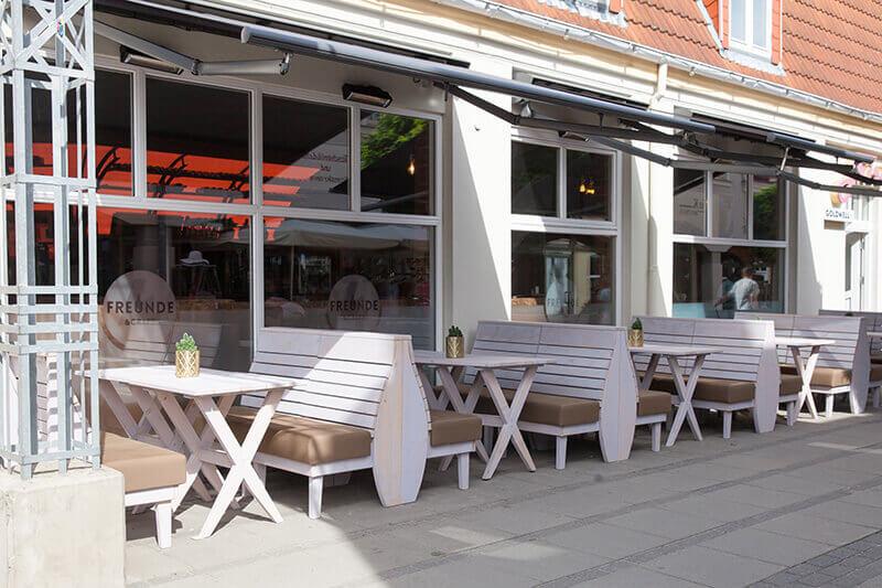 4-Freunde-und-Craft_Kuehlungsborn-135_Terrassenbank-mit-Polster_Outdoorbank_Massivholzbank_Terrassenkonzept