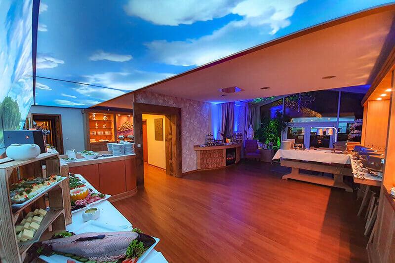 Seehotel-Plau_Buffetraum-1_Decke-Wandbild-hinterleuchtet_Buffetmöbel-wandelbar_Buffet-LEseecke_Möbel-tasting