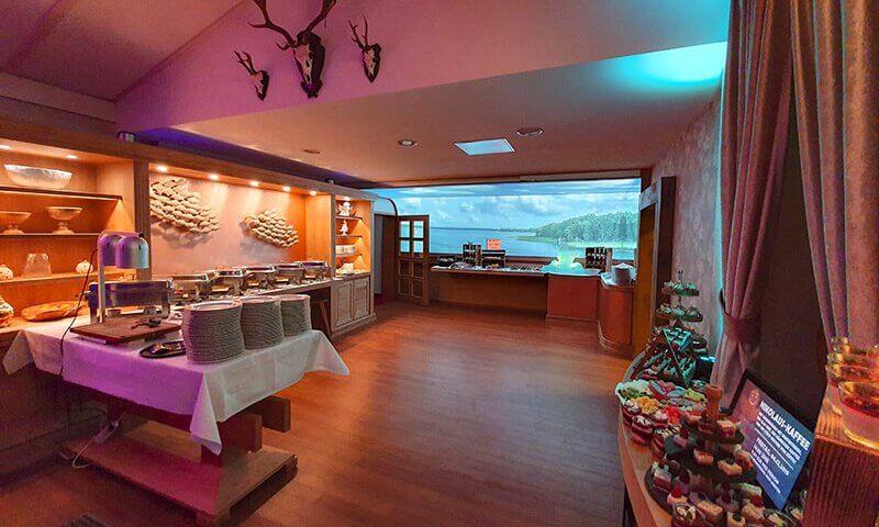 Seehotel-Plau_Buffetraum-6_Buffetbereich-Restaurant_Buffetbereich-Restaurant_Veranstaltungsraum_Raum-mit-Lichtdecke